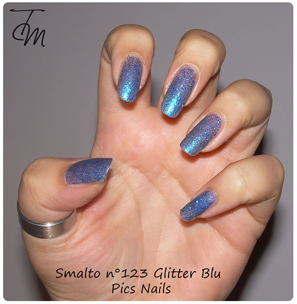 smalto glitter blu n pics nails swatch su intera mano