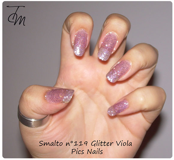 smalto glitter viola n pics nails swatch su intera mano