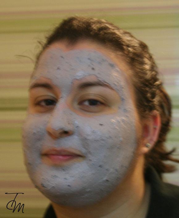 maschera-fresca-frutti-di-bosco-lush-applicata